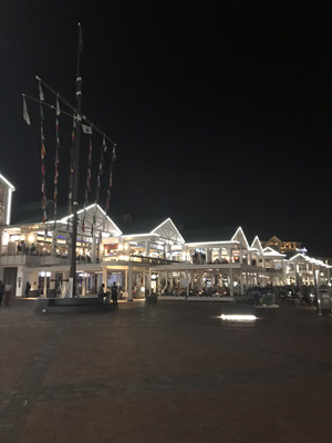 Vue sur le port du waterfront de Cape town de nuit