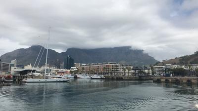 Super vue sur le port du waterfront de Cape town