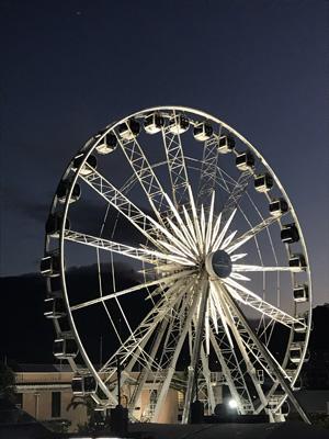 Vue sur la grande roue waterfront de Cape town vue d'en bas