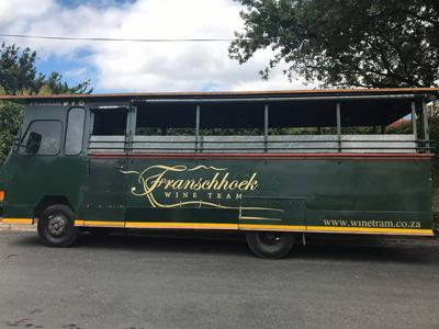 Superbe bus touristique de la ville de Franschhoeek