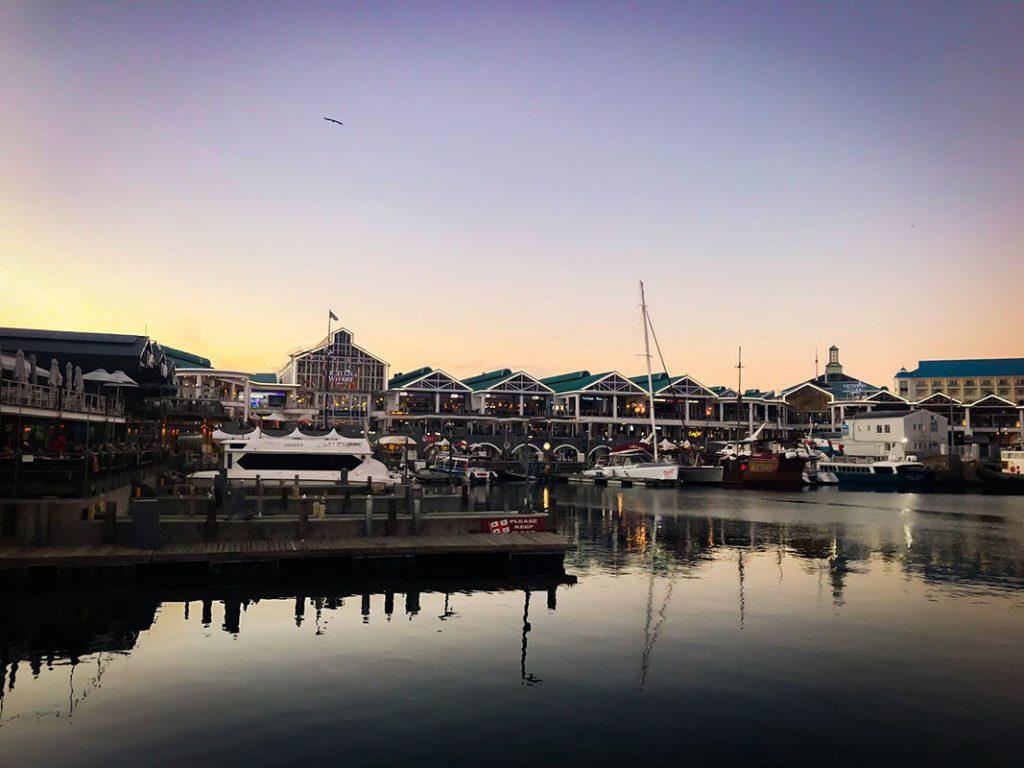 Kouloula - Super couché de soleil sur le port Victoria and Alfred de Cape Town